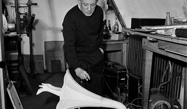 Nick de Morgoli. 'Pablo Picasso with the Surrealist object Jamais', by Óscar Domínguez, Paris, 1947. Nick de Morgoli. Bibliothèque Emmanuel Boussard, Paris © Succession Pablo Picasso, VEGAP, Madrid 2020