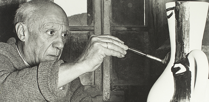 André Villers. Picasso painting a ceramic. Vallauris, 1954. Museu Picasso, Barcelona. Gift of André Villers, 1984 © André Villers, VEGAP, Barcelona, 2016  © Succession Pablo Picasso, VEGAP, Madrid 2016